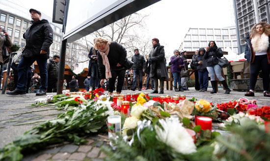 الإرهاب يضرب قلب أوروبا.. الألمان يضعون أكاليل الزهور على قبور ضحايا برلين (6)