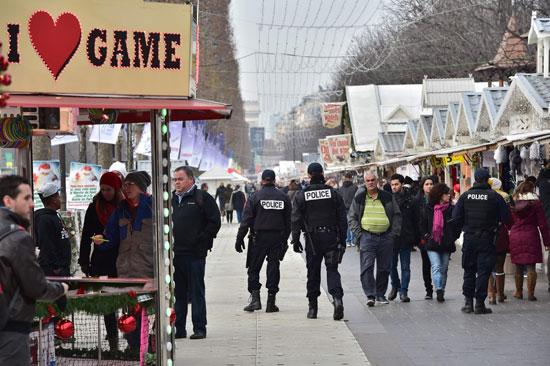 الإرهاب يضرب قلب أوروبا.. الألمان يضعون أكاليل الزهور على قبور ضحايا برلين (5)
