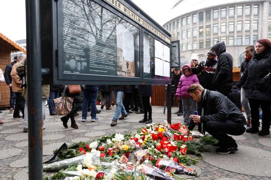 الإرهاب يضرب قلب أوروبا.. الألمان يضعون أكاليل الزهور على قبور ضحايا برلين (1)