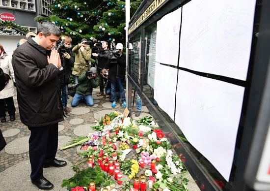 الإرهاب يضرب قلب أوروبا.. الألمان يضعون أكاليل الزهور على قبور ضحايا برلين (10)