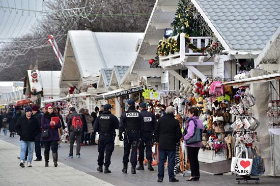 الإرهاب يضرب قلب أوروبا.. الألمان يضعون أكاليل الزهور على قبور ضحايا برلين (11)