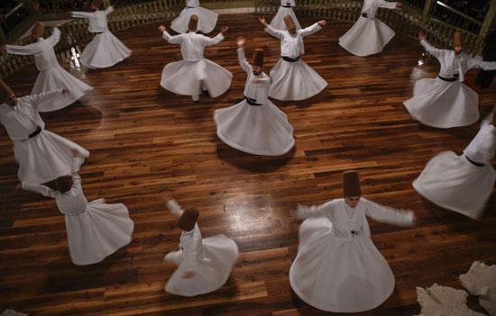 عرض لفرقة دراويش فى إسطنبول بمناسبة الاحتفال بذكرى وفاة الشاعر والعالم الصوفى جلال الدين الرومي
