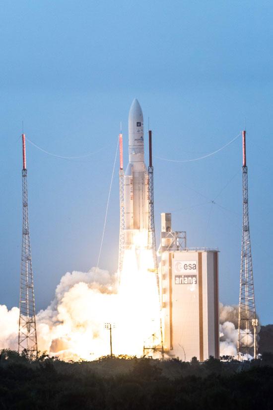 اطلاق صاروخ يحمل قمرين صناعيين