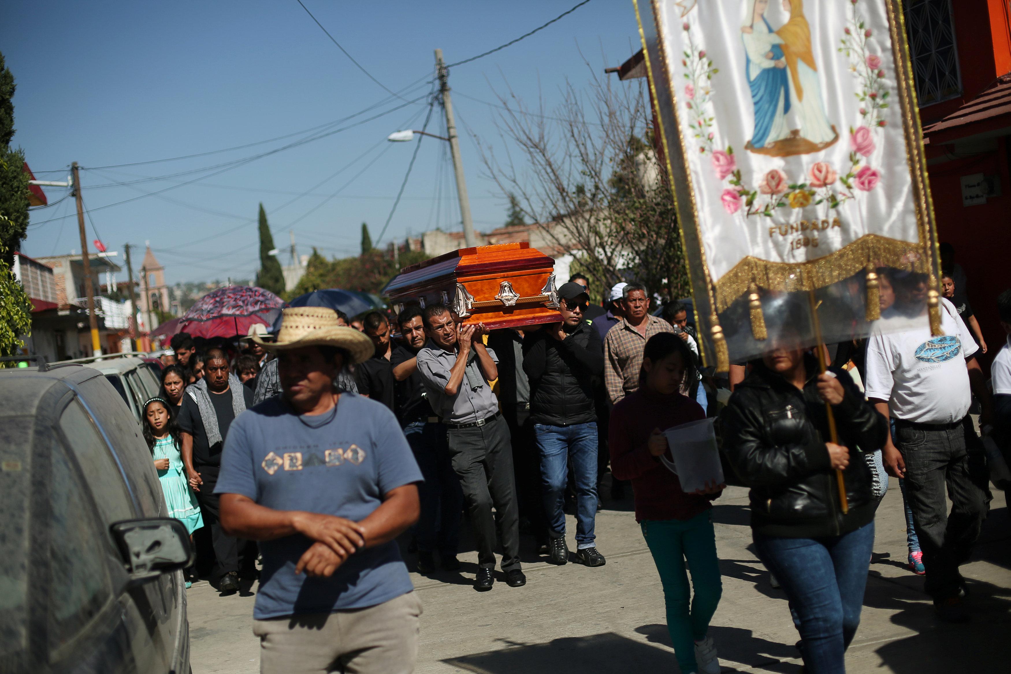 الآف المكسيكيين يشيعون جثامين ضحايا انفجار سوق الألعاب النارية