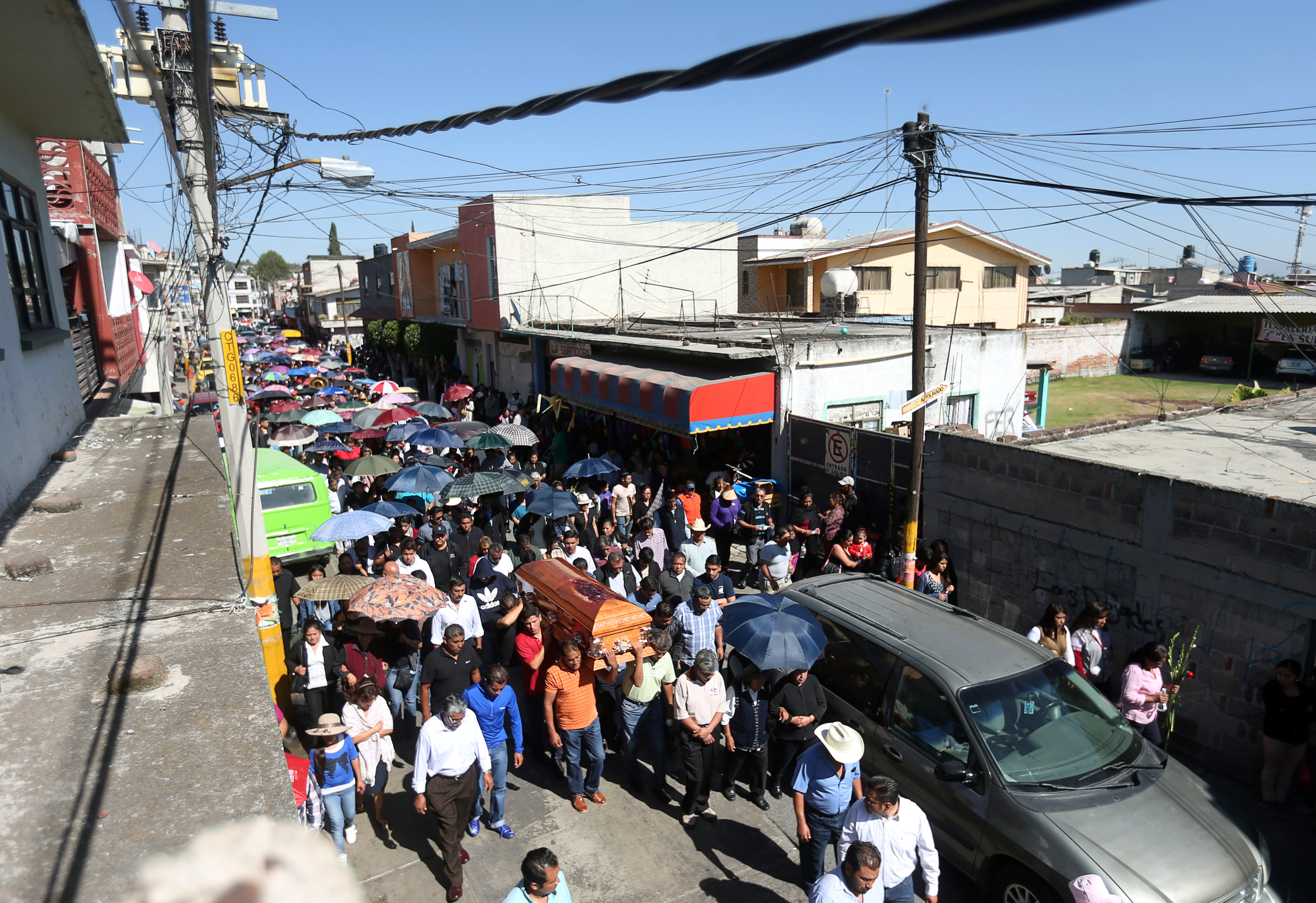 المكسيكيين يشيعون جثامين ضحايا انفجار سوق الألعاب النارية