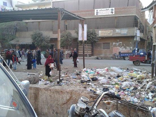 القمامة بجوار موقف السيارات بقليوب