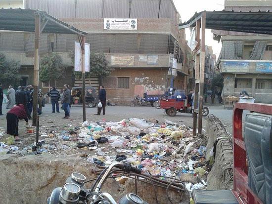 القمامة تحيط بموقف السيارات