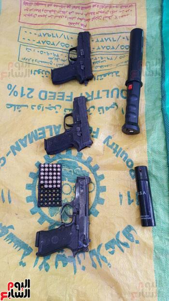 أسلحة نارية بحوزة المتهمين