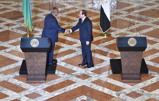 الرئيس عبد الفتاح السيسي، وإسماعيل عُمر جيلة رئيس جيبوتى (11)