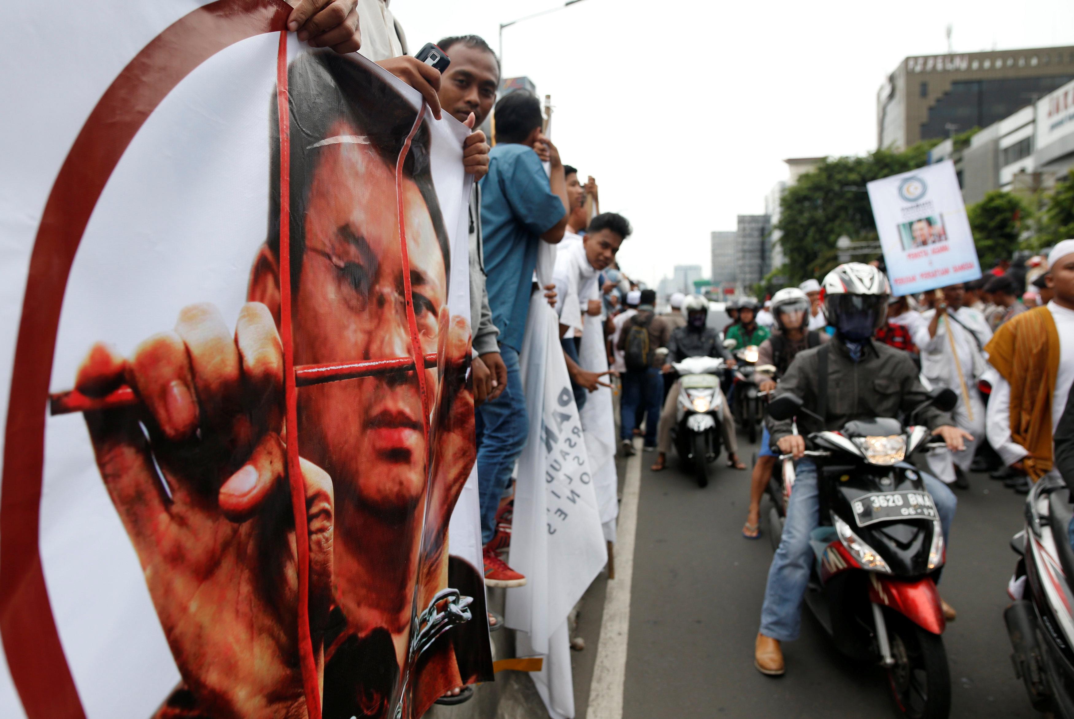 احتجاجات عارمة  فى اندونيسيا ضد حاكم جاكرتا