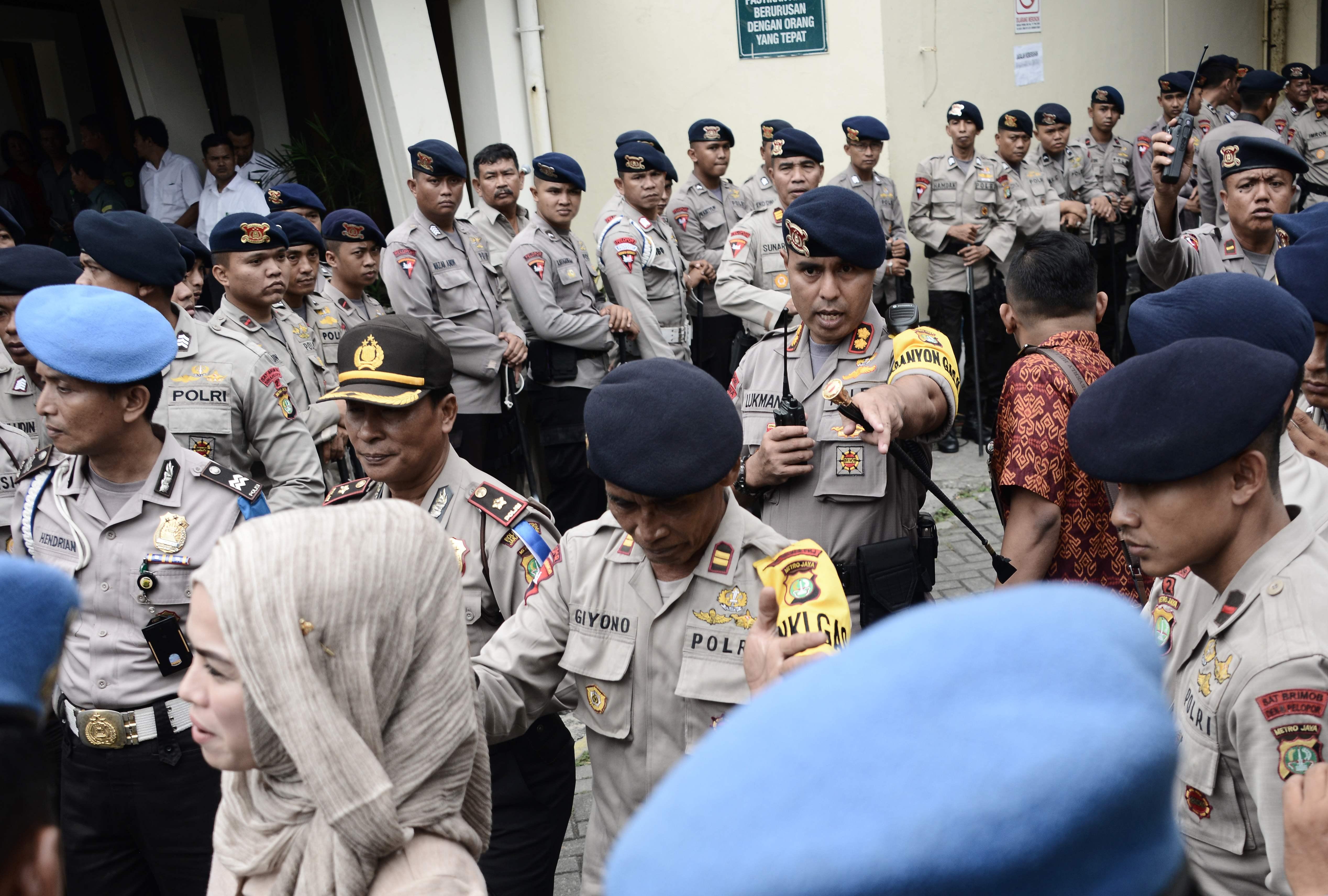 عناصر الشرطة تؤمن محكمة شمال جاكرتا اثناء محاكمة الحاكم - اف ب