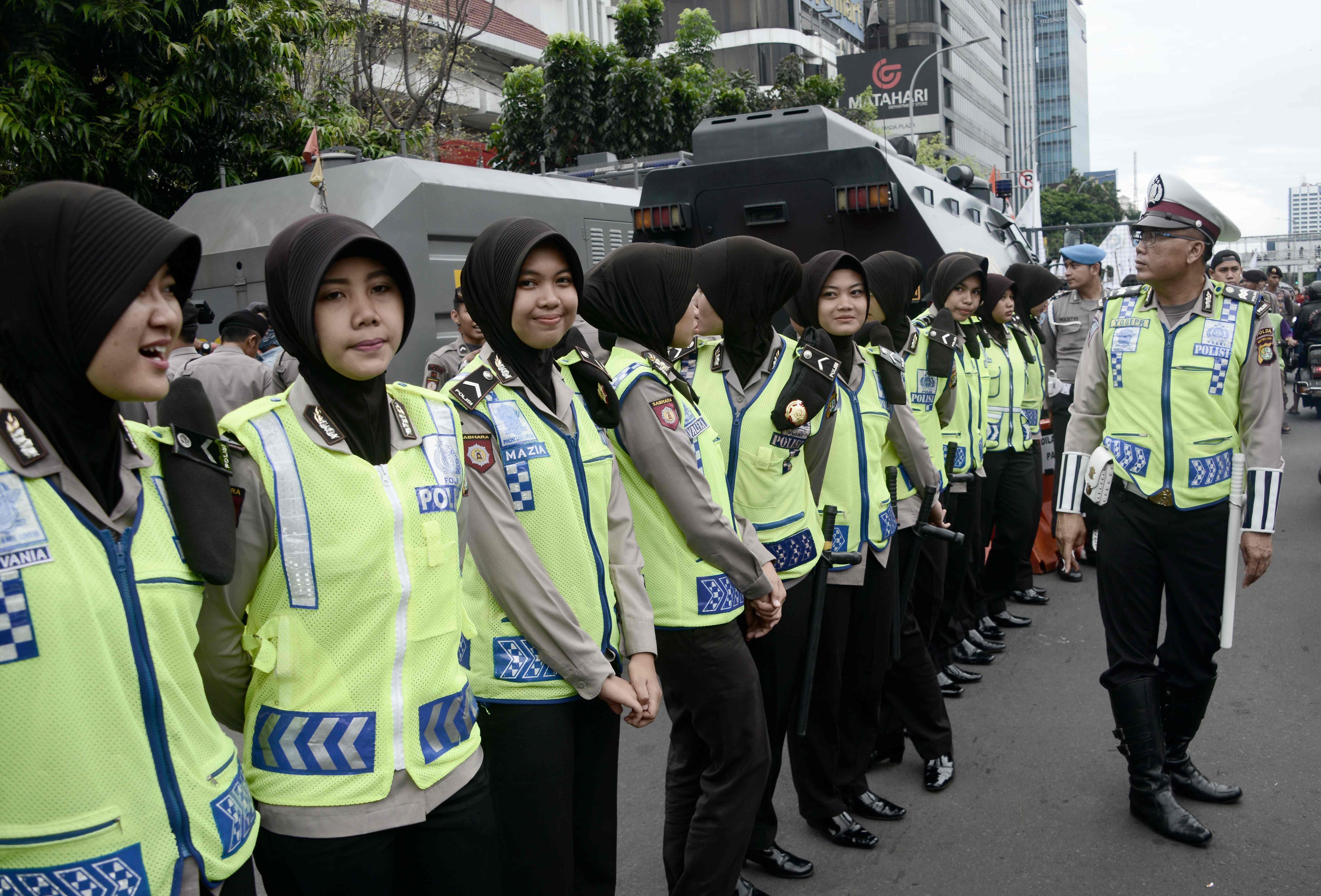 عناصر الشرطة النسائية فى محيط محكمة جاكرتا وسط مساهرة منددة لحاكم العاصمة - أ ف ب