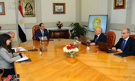 الرئيس عبد الفتاح السيسي، و المهندس شريف إسماعيل رئيس مجلس الوزراء، والدكتور محمد سعيد العصار وزير الدولة للإنتاج الحرب (2)