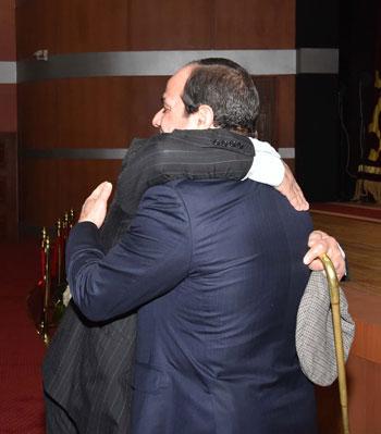 الرئيس يحتضن أحد أبطال المقاومة فى بورسعيد