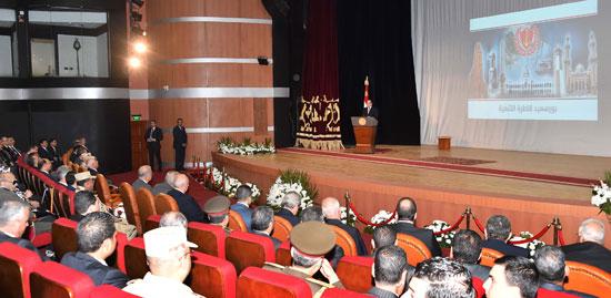 المسئولون والشخصيات العامة وأهالى بورسعيد يستمعون لكلمة الرئيس