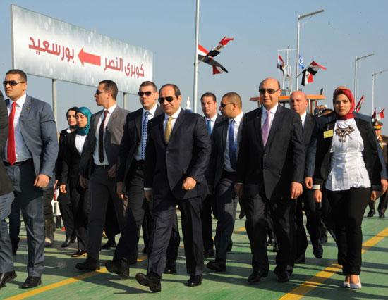 الرئيس السيسى وخلفه لافتة تشير إلى كوبرى النصر