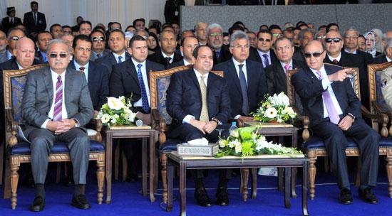 الرئيس السيسي يستمع لشرح من الفريق مهاب مميش