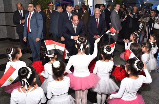 الرئيس يداعب مجموعة من الأطفال كانت فى استقباله بأعلام مصر