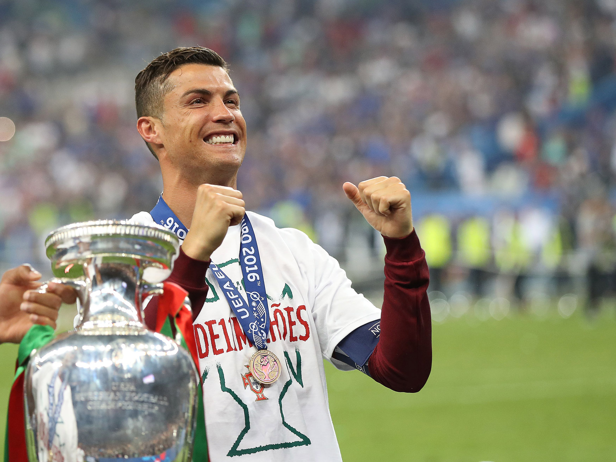 كريستيانو رونالدو يحمل كأس أوروبا