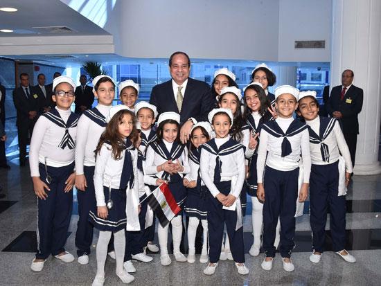 صورة للرئيس مع مجموعة من الأطفال