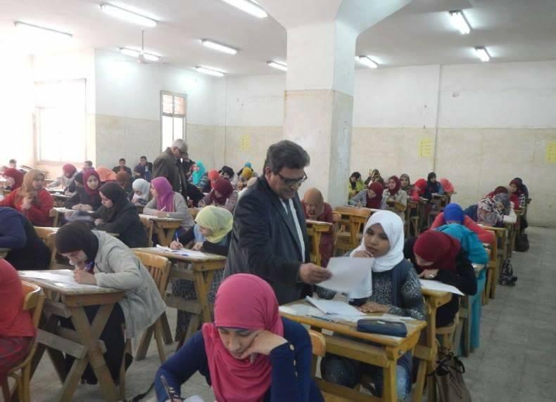 الصورة المتداولة ويظهر فيها طالبات في الصف الخلفي يتحدثون في وجود العميد