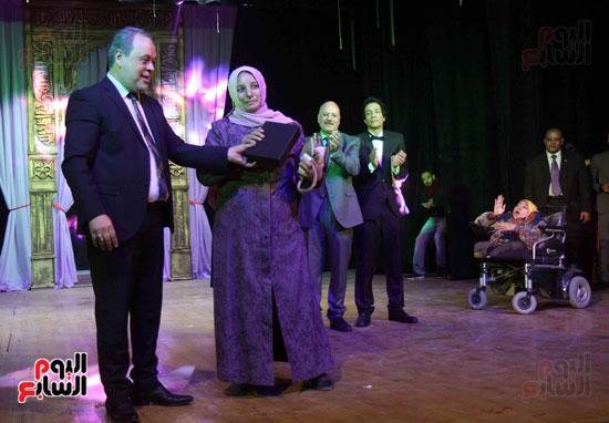 والدة-طالبة-سارة-جمال-مع-أشرف-زكى