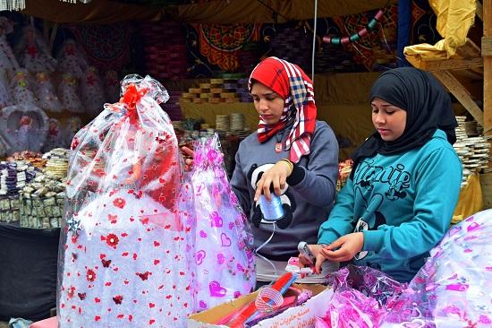 فتيات يغلفن الحلوى