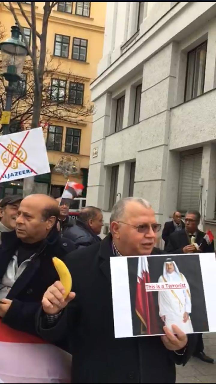تظاهرات ضد أمام مقر إقامة أمير قطر فى فيينا