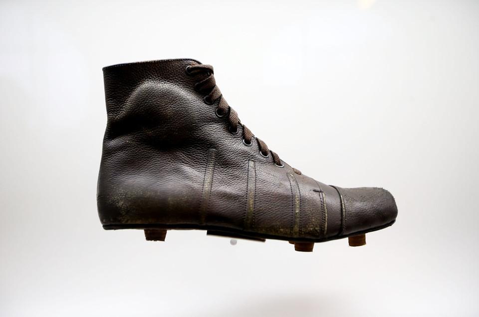 9cec7dece بعد 500 عام من حذاء الملك هنرى.. كيف تطورت الأحذية الرياضية عبر ...