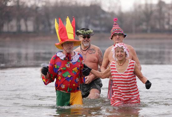 السباحون يخرجون من المياه البارده