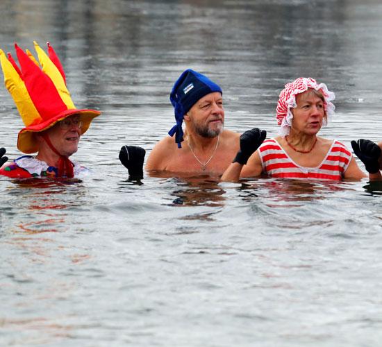 السباحون يستمتعون بالسباحة احتفالا برأس السنة