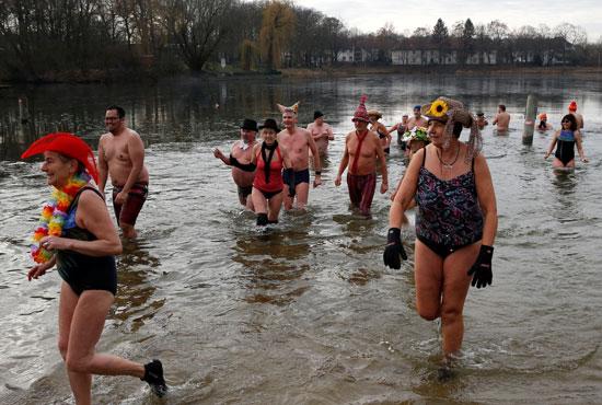 الألمان يستمتعون بالسباحة فى المياه الباردة أحد تقاليد احتفالات رأس السنة