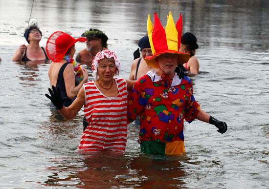 مظاهر البهجة خلال الاستمتاع السباحه فى المياه الباردة