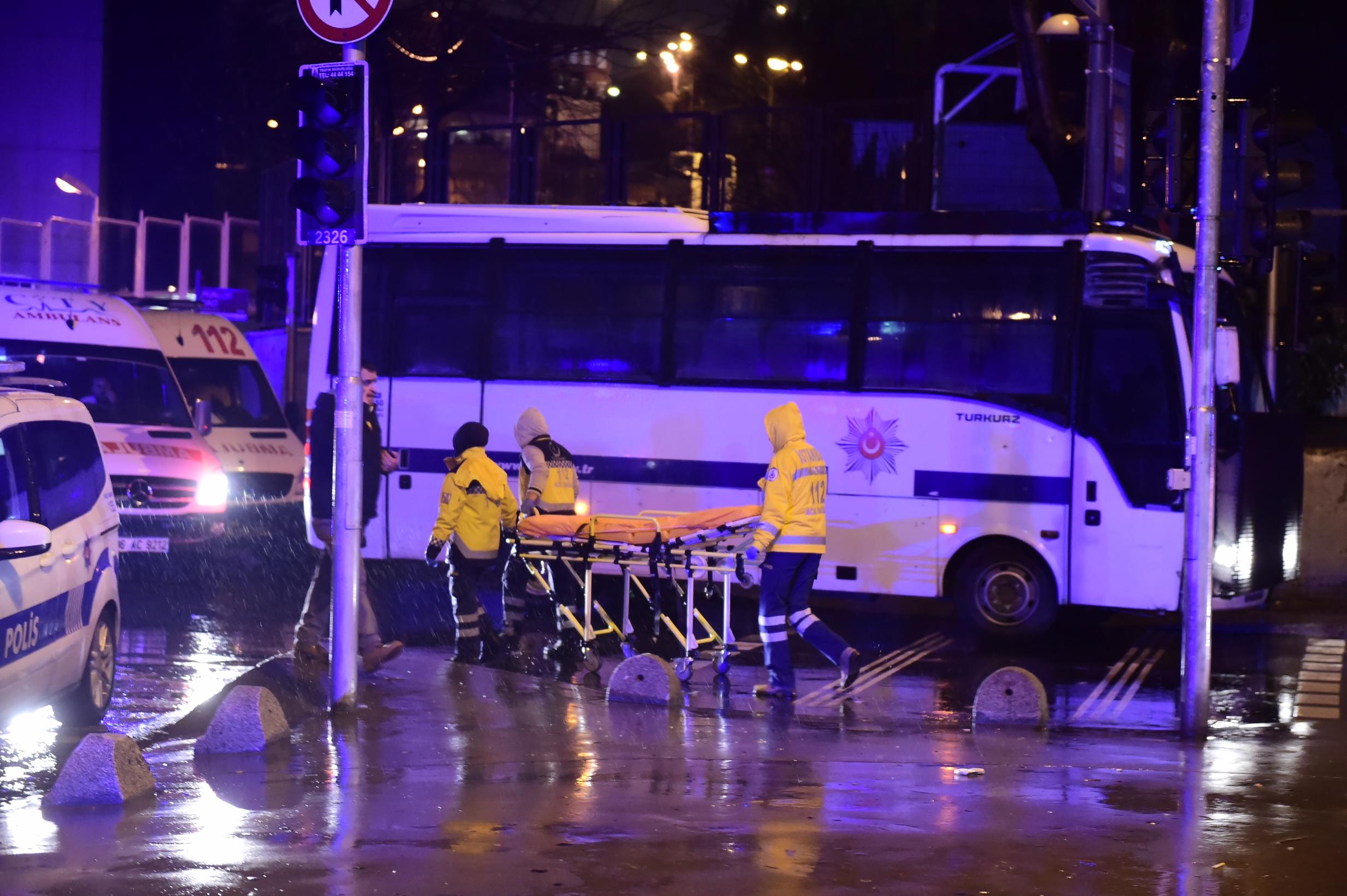 الاسعاف التركية تنقل الجرحى والقتلى