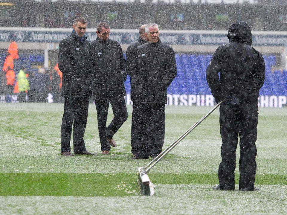 الثلوج على ارضية الملعب