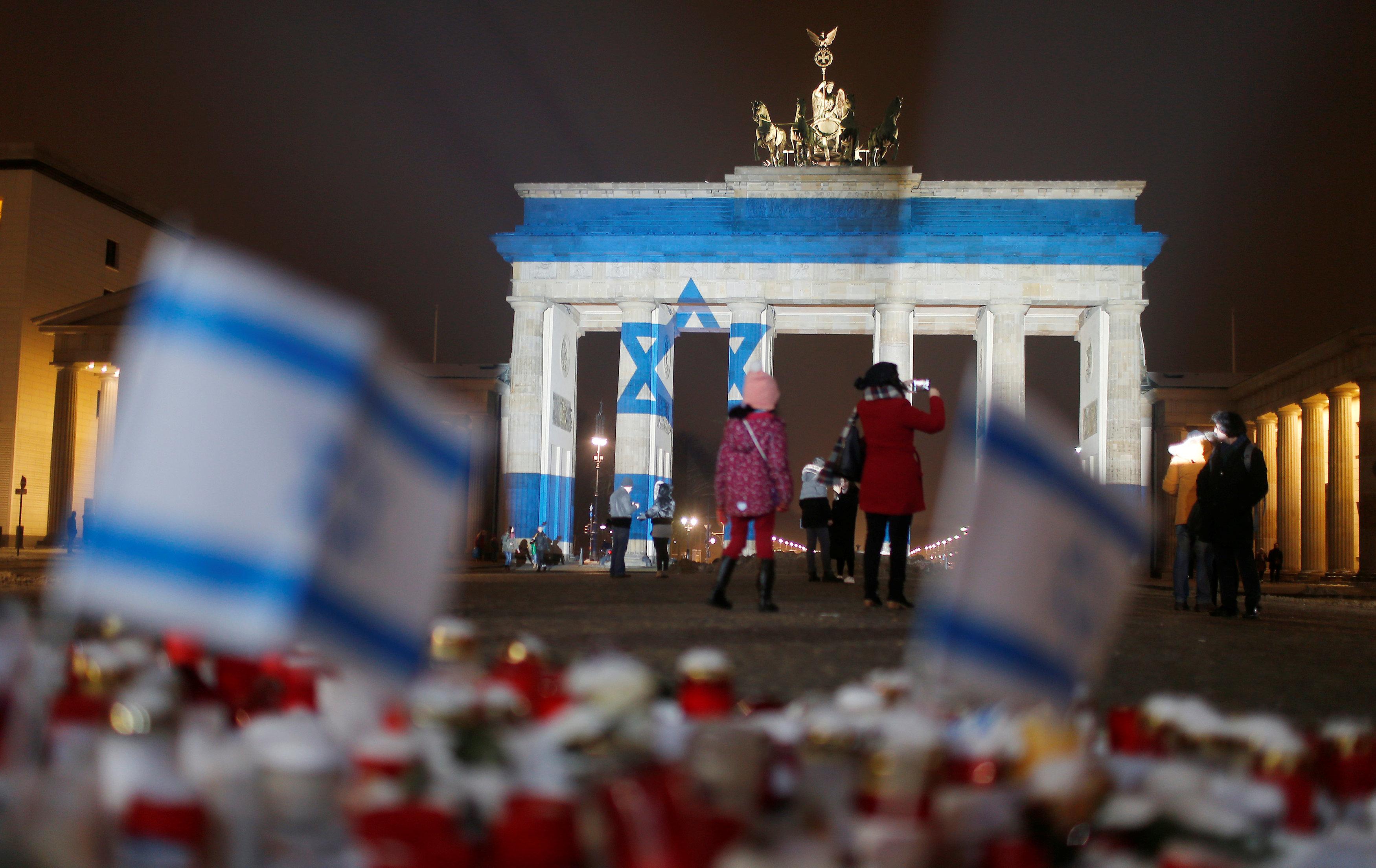 إضاءة بوابة برومبرج الألمانية بعلم إسرائيل تضامنا مع حادث الدهس الذى أودى بحياة 4  جنود إسرائيليين
