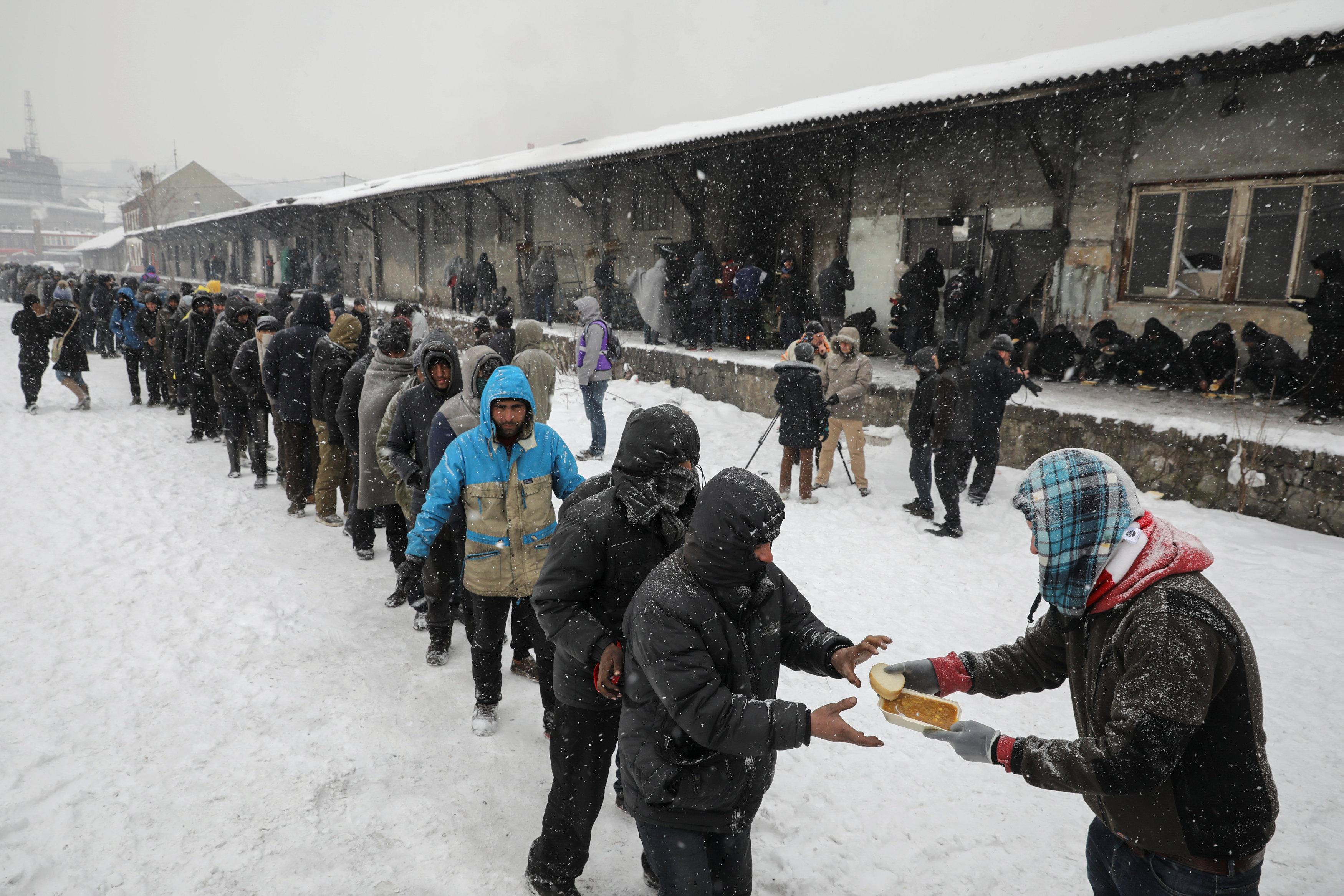 عاصفة ثلجية تجتاح صربيا ومعاناة اللاجئين
