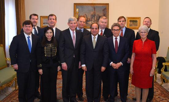 وفد مجلس أعمال الأمن القومي الأمريكي يلتقط الصور التذكارية عقب لقاءه بالرئيس السيسى