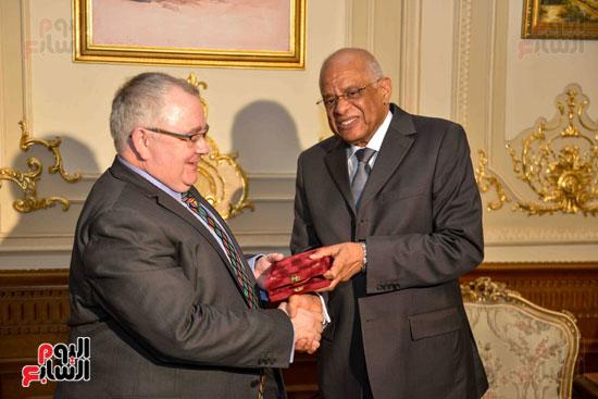 عبد العال يهدي رئيس البرلمان الايرالندي تذكار