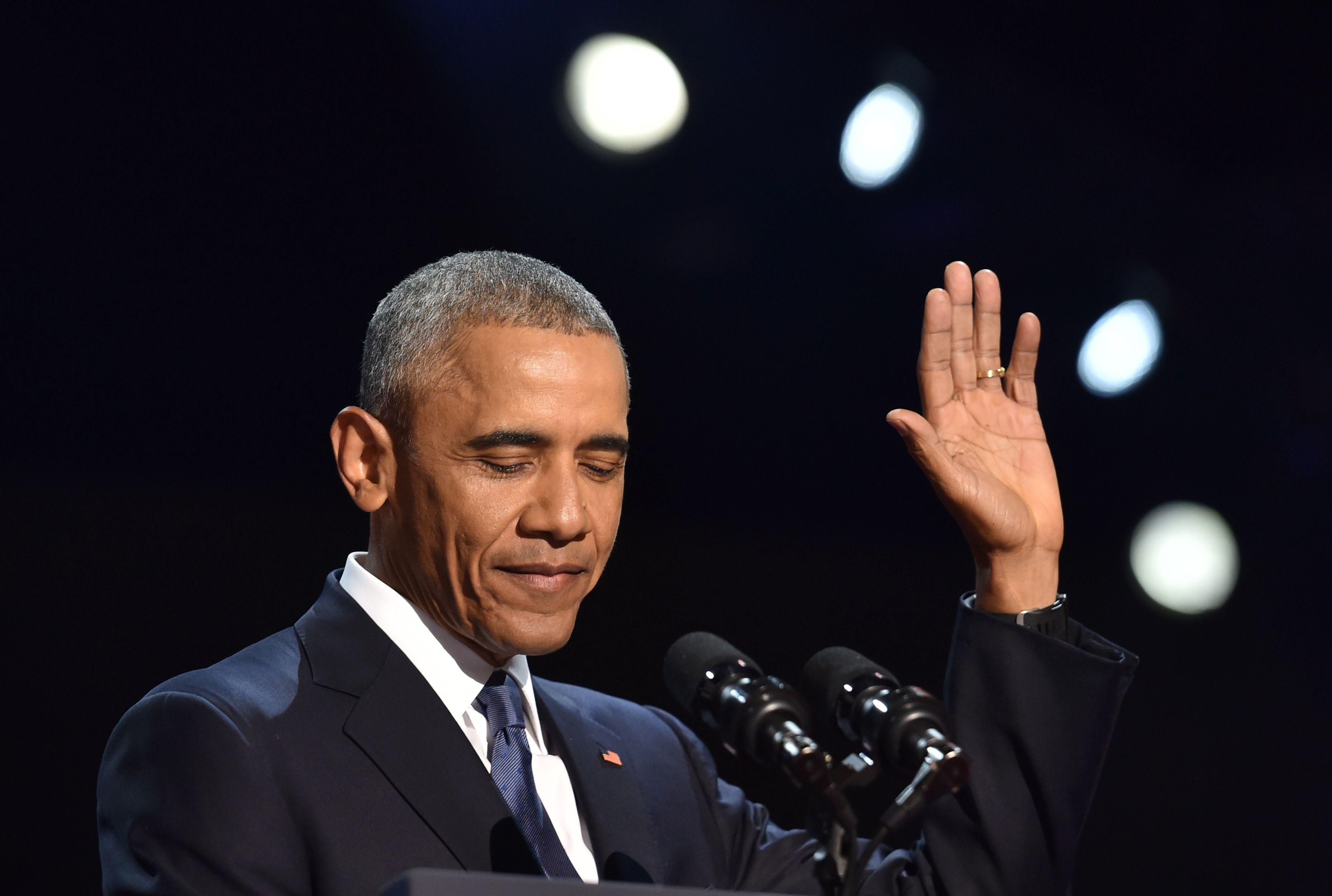 أوباما يلقى التحية علي المواطنين