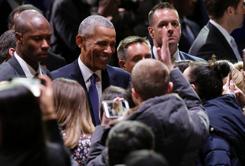 أوباما وحديثه مع الحاضرين