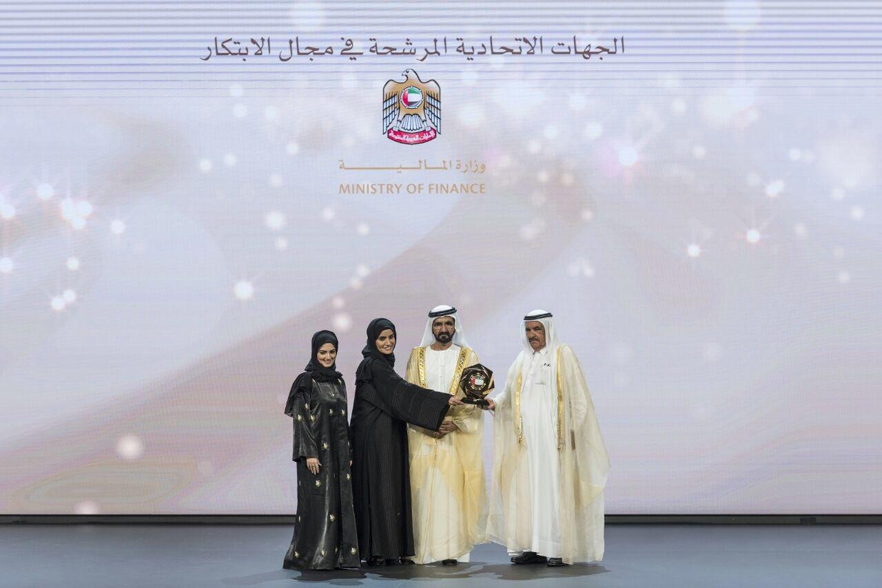 محمد بن راشد يسلم الجوائز