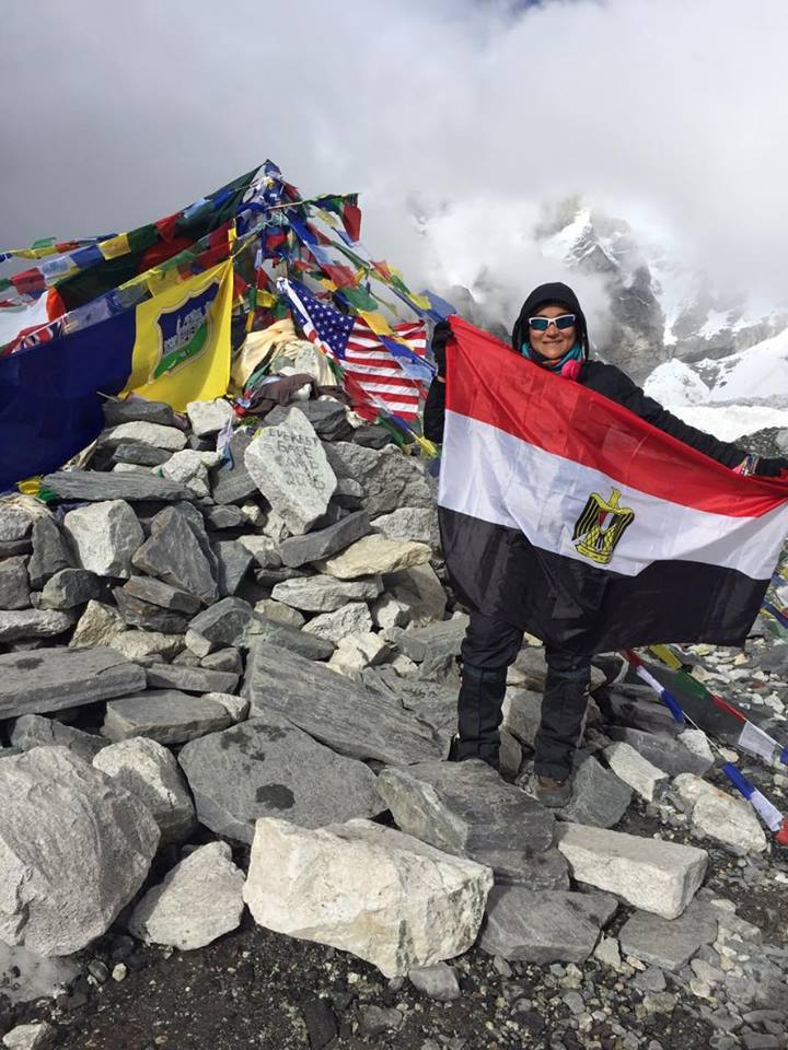 منال ترفع علم مصر على قاعدة جبل ايفرست