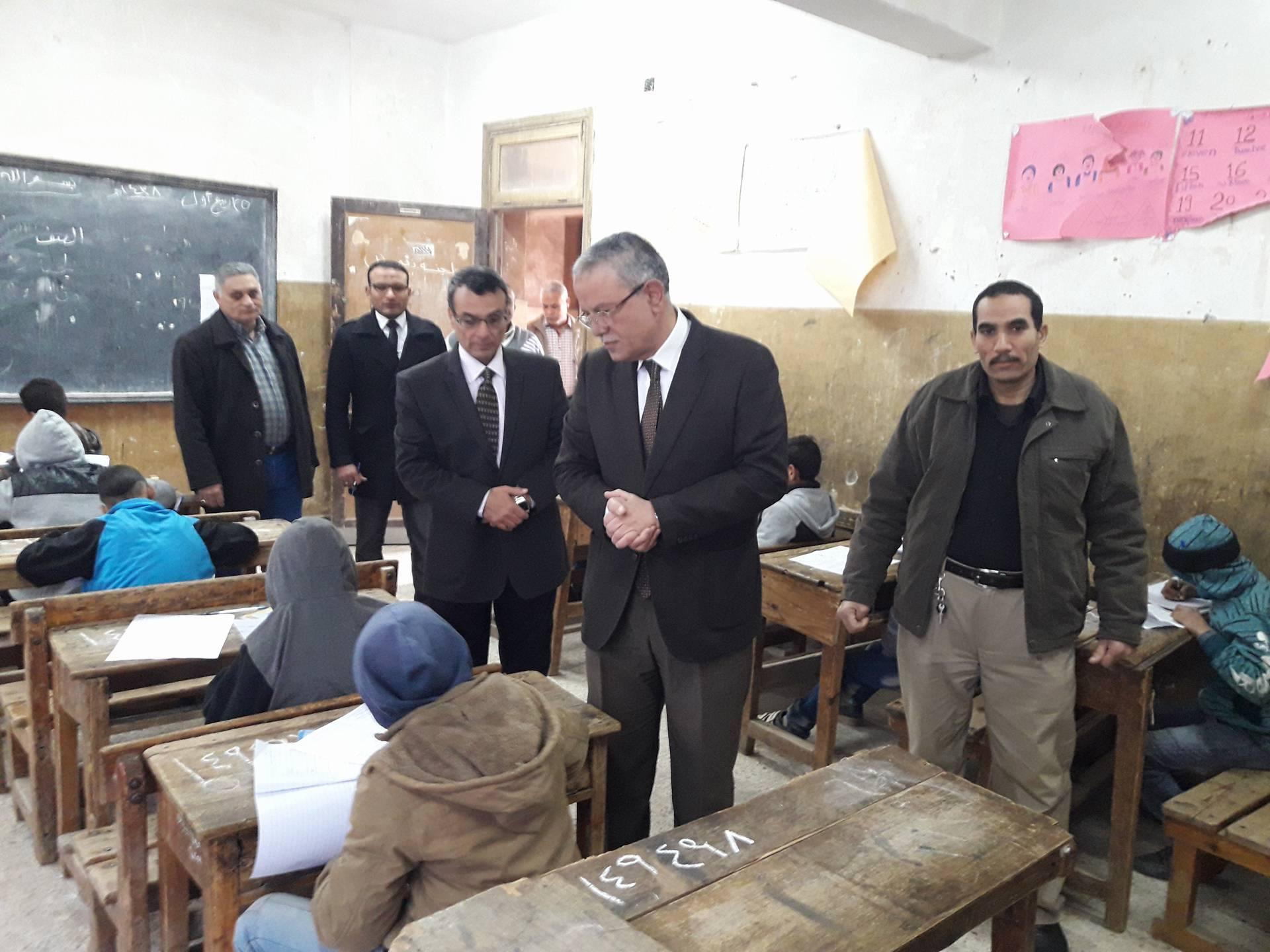 محافظ المنيا يتفقد لجان الامتحانات