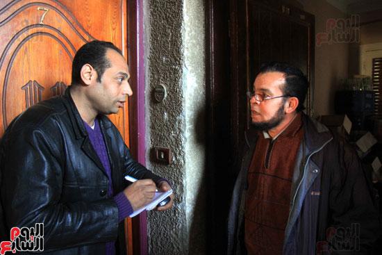 محرر اليوم السابع مع جيران المتهم.