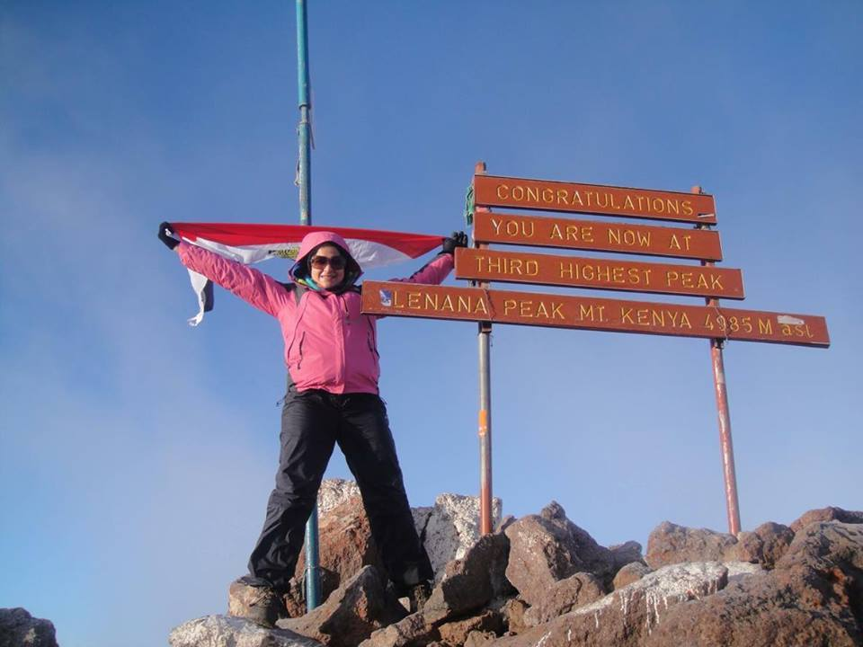 منال بعد تسلقها قمه لينانا أعلى جبل كينيا