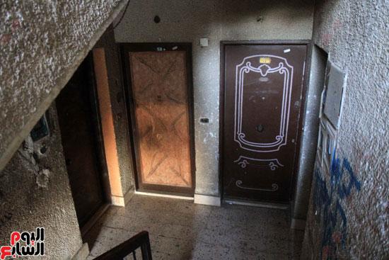 شقة السائق مغلقة بعد ضبطه.