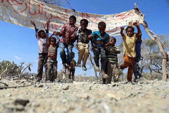 أطفال يمنيون يلعبون فى أحدى مخيمات تعز