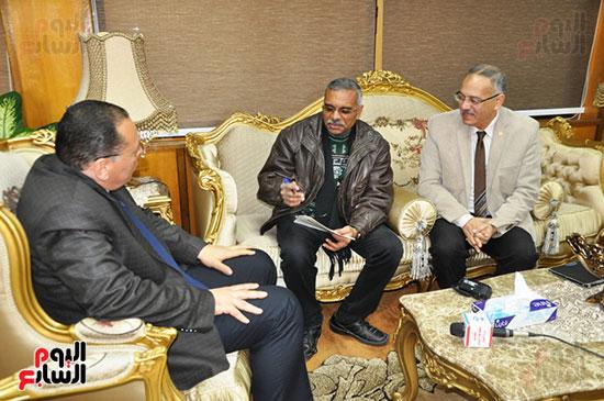 اثناء الحوار بحضور مدير مكتب إعلام جامعة القناه إبراهيم عبدالرحمن