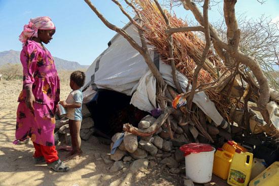 خيمة بسيطة يعيش فيها لاجئون يمنيون فى مدينة تعز